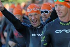 Glückliches männliches triathlete, das Siegeszeichen lächelt und macht Stockbilder