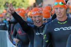 Glückliches männliches triathlete, das Siegeszeichen lächelt und macht Lizenzfreie Stockbilder