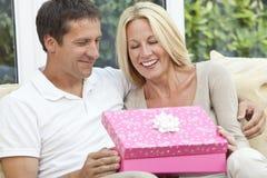 Glückliches Mann-u. Frauen-Paar-Öffnungs-Geburtstag-Geschenk lizenzfreie stockfotos