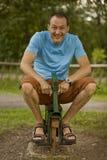 Glückliches Mannpferdenreiten Lizenzfreies Stockfoto