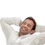 Glückliches Mannschlafen und -lächeln Lizenzfreies Stockfoto