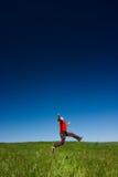 Glückliches Mannspringen Stockfoto