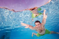 Glückliches Manntauchen Unterwasser Stockbilder
