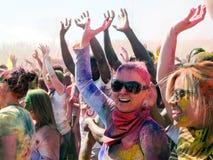 Glückliches Mengen-Tanzen am Holi-Farbfestival in der spanischen Gabel, Utah lizenzfreies stockfoto