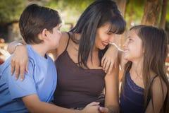 Glückliches Mischrasse-Familien-Porträt am Kürbis-Flecken Stockbild