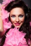 Glückliches Mode-Frauen-Gesicht mit Feder-Nahaufnahme-Porträt lizenzfreie stockfotos