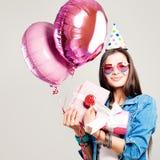 Glückliches Mode-Modell Woman mit Feiertags-Ballonen und Geburtstags-GIF Lizenzfreies Stockbild