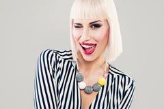 Glückliches Mode-Modell Woman Winking und haben Spaß Lizenzfreies Stockbild
