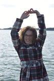 Glückliches modernes Herbstmädchen mit den Händen oben Stockfotografie