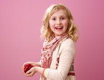 Glückliches modernes Mädchen lokalisiert auf rosa Hintergrund mit Himbeeren Stockfotografie