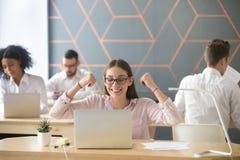 Glückliches motiviertes Angestellter à ` , das gutes on-line-Ergebnis oder emai elebrating ist lizenzfreie stockfotos