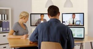 Glückliches multiethnisches businessteam, das zusammenarbeitet Stockfotografie