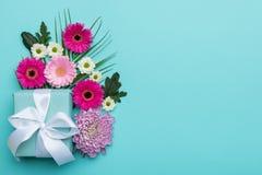 Glückliches Mutter ` s Tag-, Frauen ` s Tag-, Valentinsgruß ` s Tag oder Geburtstags-Pastellsüßigkeit färbt Hintergrund Blumenebe Stockbilder
