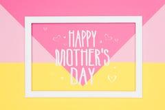 Glückliches Mutter-Tagesabstraktes geometrisches Pastellrosa und gelber flacher gelegter Papierhintergrund Minimalismusgru?karte lizenzfreie stockbilder