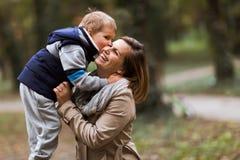 Glückliches Mutter- und Kinderlächeln Lizenzfreie Stockfotos