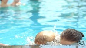 Glückliches Mutter- und Sohntauchen zusammen unter dem Wasser im Pool, Nahaufnahme stock video footage