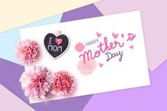 Glückliches Muttertageskonzept des Farbpapiers und der rosa Gartennelke stockfoto