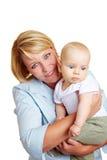 Glückliches Muttertragendes Schätzchen lizenzfreie stockfotografie