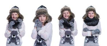 Glückliches nettes Kind, das im Studio aufwirft Tragende Winterkleidung Gestrickte woolen Strickjacke und Handschuhe Ohrenschütze Stockbilder