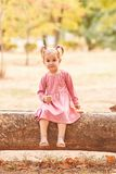 Glückliches nettes kleines Mädchen, das auf einem Parkhintergrund spielt Herbstspaßkonzept Kopieren Sie Platz stockfoto