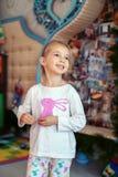 Glückliches nettes kleines Mädchen in den Pyjamas Das Konzept von Weihnachten Stockbilder