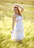 Glückliches nettes Mädchen, das einen sonnigen Sommertag genießt stockbilder