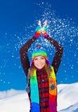 Glückliches nettes Mädchen, das mit dem Schnee im Freien spielt Stockbilder