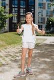 Glückliches nettes Mädchen, das okayzeichen zeigt Stockfoto