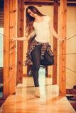 Glückliches nettes Mädchen der recht jungen Frau zu Hause lizenzfreie stockfotografie