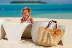Glückliches nettes Mädchen haben einen Spaß auf tropischem Strand Stockfoto