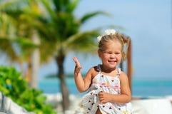 Glückliches nettes Mädchen haben einen Spaß auf tropischem Strand Stockfotografie