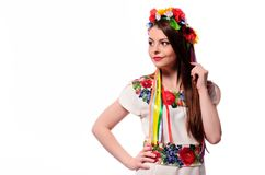 Glückliches nettes Mädchen im ukrainischen nationalen Kostüm stockfoto