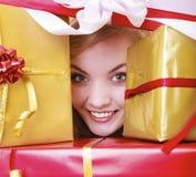 Glückliches nettes Mädchen mit vielen Weihnachtsgeschenkboxen. Feiertag. Stockfotos