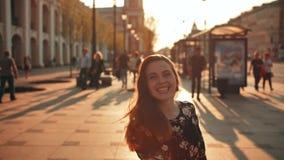 Glückliches nettes Mädchenspringen im Freien an den Stadtabend-Sonnenuntergangstraßen stock video footage