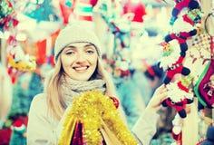 Glückliches nettes positives lächelndes Mädchen bei der Mantelaufstellung Stockfoto
