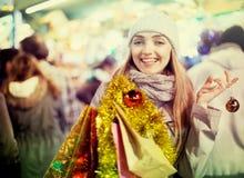 Glückliches nettes positives lächelndes Mädchen bei der Mantelaufstellung Lizenzfreie Stockfotos