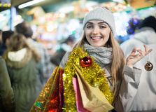 Glückliches nettes positives lächelndes Mädchen bei der Mantelaufstellung Lizenzfreies Stockbild