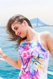 Glückliches nettes schönes Mädchen an der Yacht lizenzfreie stockbilder