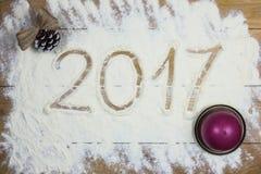 Glückliches neues 2017-jähriges auf dem Mehl, hölzerner Hintergrund Lizenzfreies Stockfoto