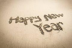Glückliches neues Jahr auf dem Strand Stockfotografie