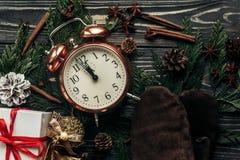 Glückliches neues Jahr-Konzept Weihnachtsstilvolle Weinleseuhr mit alm Lizenzfreie Stockfotografie