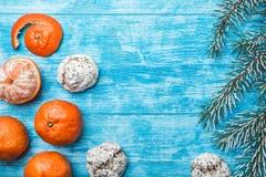 glückliches neues Jahr 2007 Tapete des azurblauen Holzes, offen, Meer Mandarine, grüner Tannenzweig Weihnachts- und neues Jahr` s Stockfoto