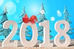Glückliches neues Jahr 2018 Zahlen auf blauem Hintergrund Stockfotos