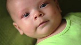 Glückliches neugeborenes Baby gähnt Nahaufnahme im weißen Bett stock video footage