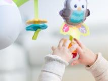 Glückliches neugeborenes Babyspielen Lizenzfreies Stockfoto
