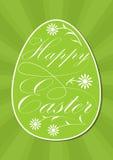 Glückliches Osterei mit kalligraphischer Aufschrift, weiße Buchstaben und Blumen auf klarem Frühlingsgrün, grüne Strahlen auf Hin Lizenzfreies Stockfoto