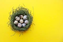 Glückliches Ostern-Zusammensetzungskartenkonzept mit Raum für Text stockfoto