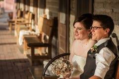 Glückliches Paar auf Bank Stockfotografie