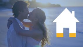 Glückliches Paar auf der Strand- und Hausikone, die Gelb ausfüllt stock video footage