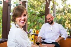 Glückliches Paar auf einem Datum lizenzfreie stockfotos
